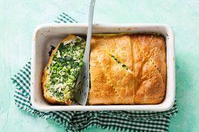 Wat is-ie mooi, deze voorjaarspastei vol groene groenten. De korst is van croissantdeeg dat in de oven goudbruin en knapperig wordt - Recept - Allerhande