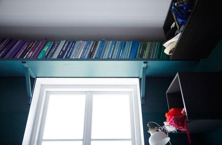 Über dem Fenster schaffst du mit einem Regal Platz für noch mehr Bücher.