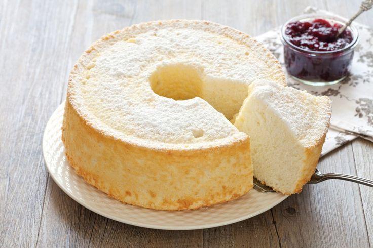 Un ciambellone soffice e leggero, perché preparato senza burro e utilizzando solo gli albumi delle uova. La Angel cake è un dolce da personalizzare con creme e marmellate, pronto in soli 30 minuti!