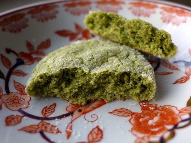 La ricetta dei biscotti al tè verde matcha è semplice e veloce e vi permetterà di ottenere dei dolcetti sfiziosi e particolari. Potete servirli insieme al tè oppure gustarli a colazione o a merenda. Questi biscotti sono anche perfetti da regalare, basterà acquistare una bella scatola in latta e il gioco è fatto!