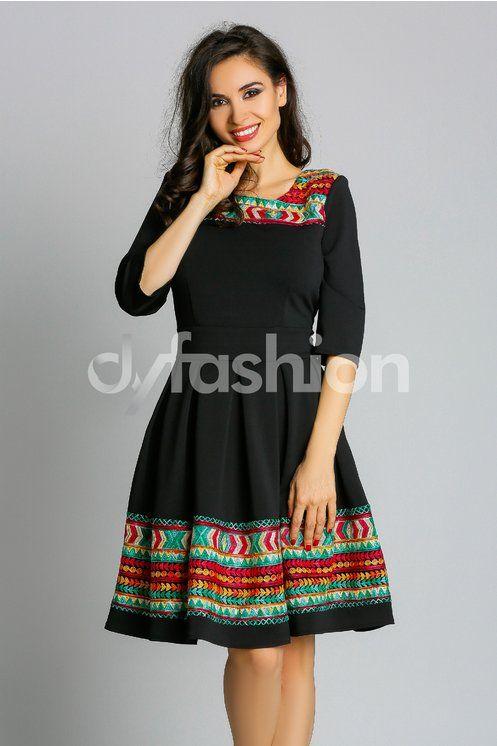 Alege rochia neagra Aretha cu broderie traditionala pentru o tinuta inedita si eleganta in orice moment al zilei! Rochia este in pliuri, cu un cordon fals maxi si decolteu oval, pentru a-ti contura…