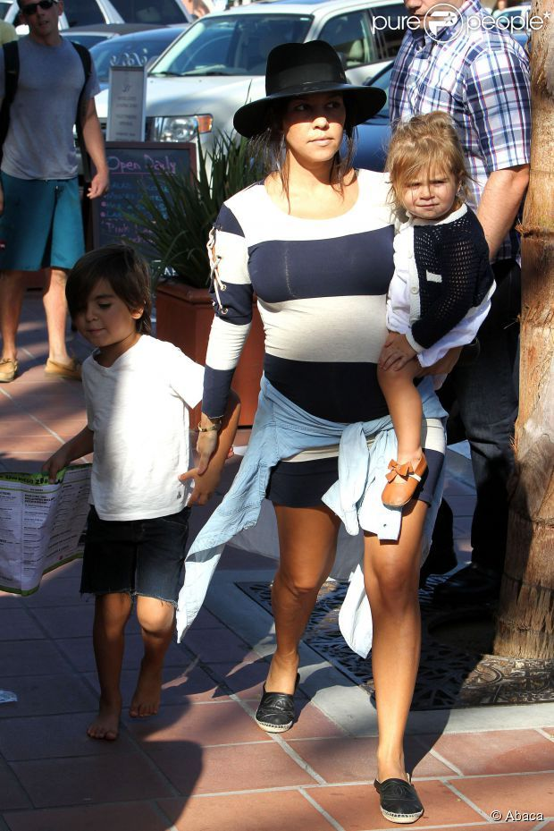 Kourtney (enceinte) et ses enfants Mason et Penelope visitent le zoo de San Diego. Le 22 août 2014.
