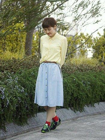 パステルカラーのシャツとスカートを、スニーカーの色が引き締めています。緑のラインがクールですね。