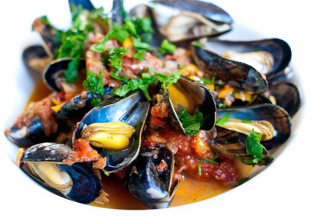 Baskische mosselen: kort gestoofd met veel knoflook, chorizo, pimentón, paprika en witte wijn.