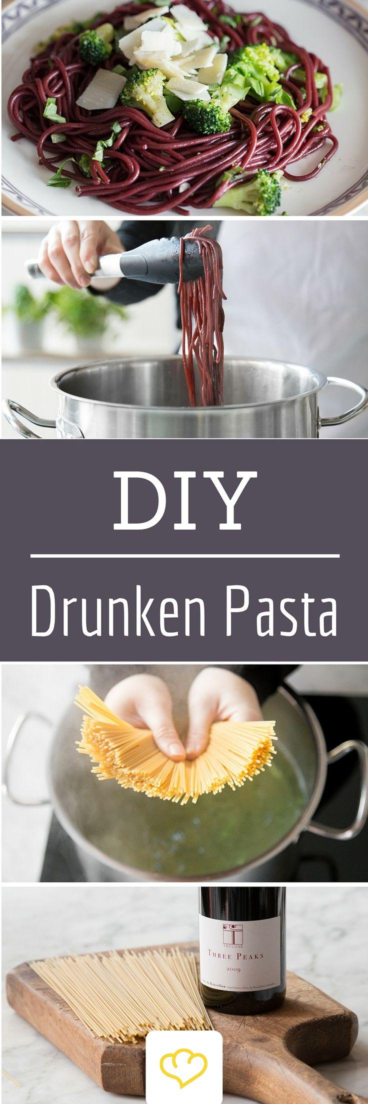 Diese Pasta hat einen ordentlichen Schwips! Gekocht wird sie nicht in Wasser - wie langweilig! - sondern in Rotwein! Der Alkohol verflüchtigt sich beim Kochen. Ein Nudel-Rezept für Angeber!