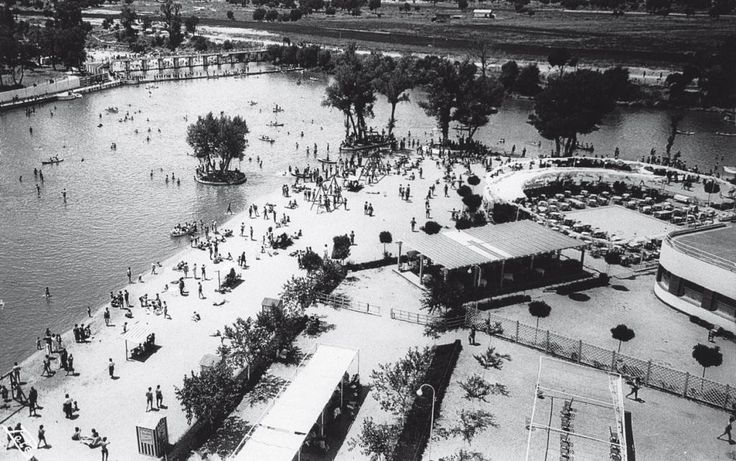 La playa de Madrid data de 1932 y fue la primera playa artificial que se construyó en la ciudad, estaba en la confluencia del río Manzanares con el arroyo del Fresno, lugar llamado Fuentelareina, en la carretera de El Pardo. Carlos Arniches aludió a ella en un sainete titulado Las dichosas