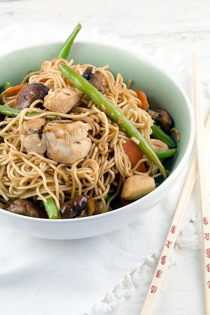NOEDELS MET KIP EN TERIYAKI SAUS  Maak deze noedels met kip en teriyaki saus binnen een half uurtje. Hou je ook zo van wokken? Ga voor een stalen wok van de toko voor een authentieke smaak.  Recept onder de knop >>BRON<<