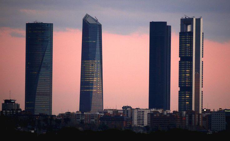 arque empresarial junto al Paseo de la Castellana, , construido sobre los terrenos de la antigua Ciudad Deportiva del Real Madrid. consta de cuatro rascacielos que son los edificios más altos de Madrid y de España. Los cuatro edificios son la Torre Bankia, la Torre PwC, la Torre de Cristal y la Torre Espacio