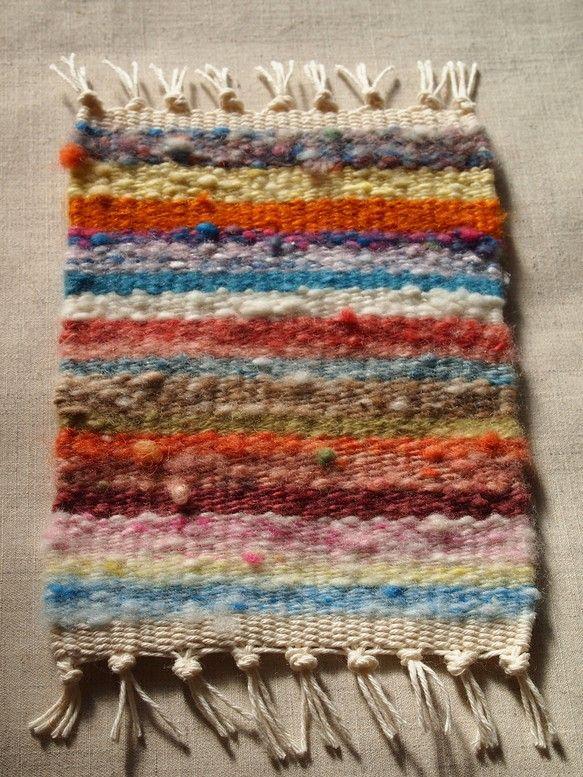 今まで紡いできた糸でコースターを作りました。草木染めや酸性染料で染めた糸や染色しないナチュラルカラーの糸で織りました。*サイズ:縦 約13cm(房を含まない)... ハンドメイド、手作り、手仕事品の通販・販売・購入ならCreema。