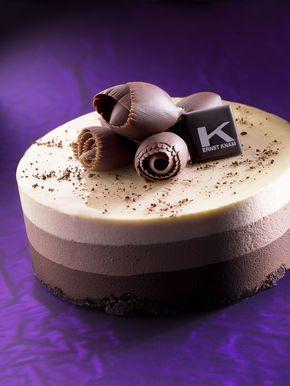 Da congelata sformare dallo stampo la mousse e spatolare la superficie della torta con la gelatina, decorare poi con i riccioli di gianduia e del Gruè di cacao spolverato con un macinapepe.