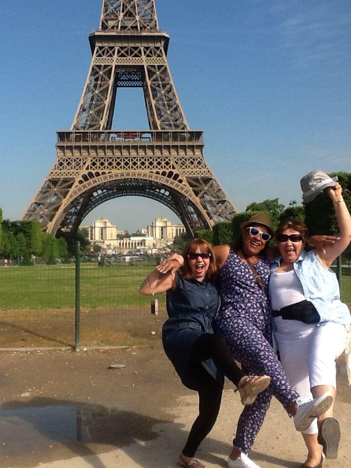 No puede faltar la foto en Francia con el fondo de la Torre Eifel, en compañía de las docentes, la pasaron de maravilla