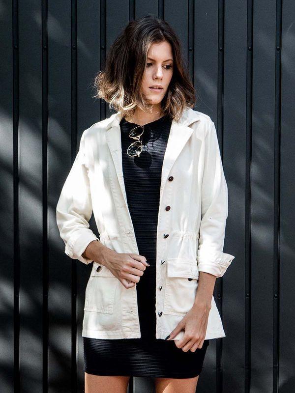 Jaqueta Parka Off White | Jaqueta denim modelo parka off white.   Detalhe de abotoamento preto.