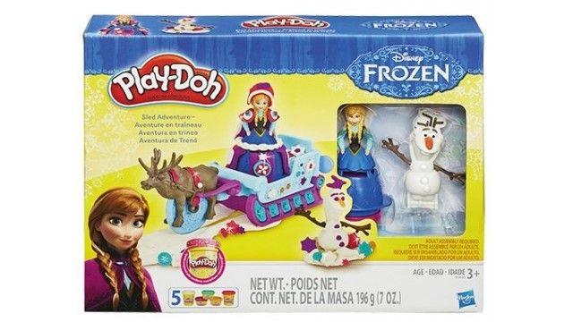 Disney Frozen Play-Doh Slee Avontuur  Disney Frozen Play-Doh Slee Avontuur Ga met je fantasie op een ijzig avontuur met Anna en haar vrienden uit Disney's Frozen! Maak voor Anna een kleurige jurk om te zorgen dat ze warm blijft en versier hem dan met de halve vormpjes. En zonder Olaf is een tochtje met de slee natuurlijk niet compleet dus pak de boekvormpje en z'n armen om hem te maken. Als je de slee omlaag drukt laat hij een glinsterend Play-Doh sneeuwspoor achter. Je kunt Sven het rendier…