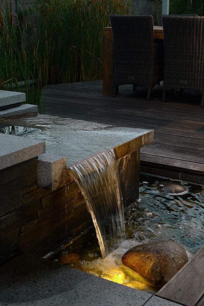 Podsvícený vodní přepad je vždy atraktivním spojením světla a pohybu.  Návrh a realizace zahrady včetně osvětlení Atelier Schlitz, www.astonet.cz