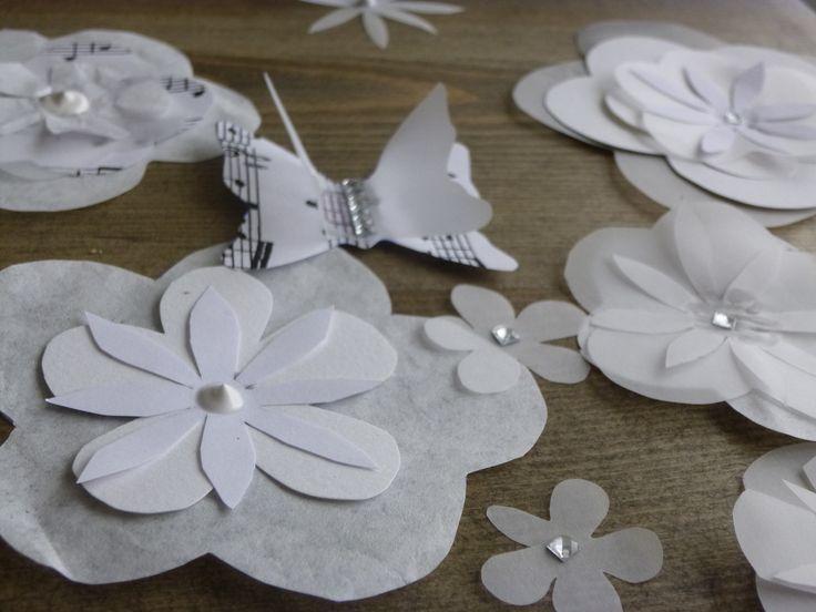 plusieurs forme de fleurs mises les unes sur les autres donne plus de volume , j'y ai mélangé les matières , papier calque de soie ou canson .