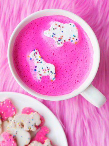 Ladies, haltet euch fest, jetzt wird der ultimative Mädchentraum aller girly Girls wahr: Es gibt tatsächlich pinke, ja genau, PINKE heiße Schokolade! Und nein, wir meinen nicht die rosafarbene Nesquik-Variante mit Erdbeergeschmack, die wir früher als Kiddies immer getrunken haben.