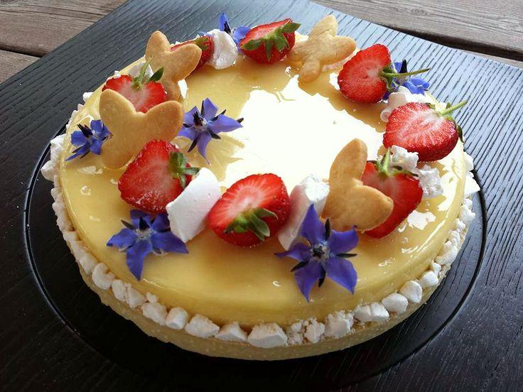 Torta Primaveraovvero una base di frolla friabile alle mandorle sormontata dauncremoso al limone e cioccolato bianco con biscotto al limone e....