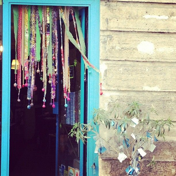 Gypsy curtains: so borrowing this idea for Christmas #thesocietyinc #gypsycaravan - @Annelien Dique Court