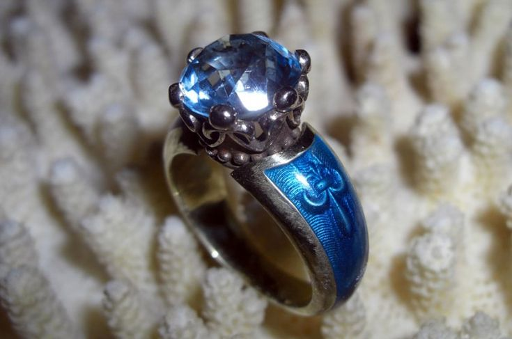 Эксклюзивное кольцо из золота 750 пробы с горячей эмалью и голубым топазом.