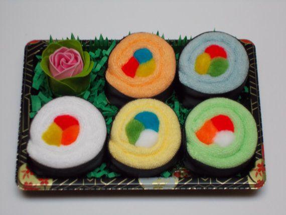 Sushi babygift Set - neutrale Gender - Baby washandje Gift - Rainbow Roll  BELANGRIJKE opmerking: In plaats van de WASABI en gember zeep ROSE FOR MOM weergegeven IN de fotos, deze SUSHI ingesteld WILL NOW COME met een extra WASHANDJE in plaats van de roos, waardoor meer dingen voor BABY! :)  Op zoek naar een leuk alternatief voor de luier cake? Wil imponeren met een baby cadeau dat echt chique & uniek? Kijk niet verder dan de schattige Baby washandje Sushi Rainbow Roll set - is het een…