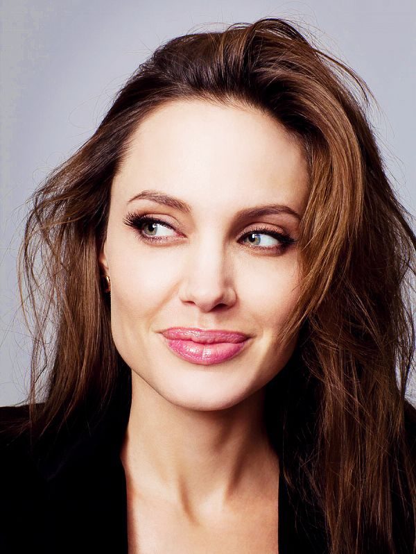 Angelina Jolie not in my top 10 of most beautiful women but she looks really nice and natural on this picture