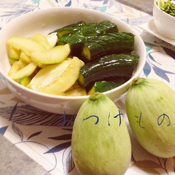 【摘果メロンときゅうりの中華なつけもの】塩と砂糖と焼酎を袋に入れてきゅうりメロンを入れてフリフリ