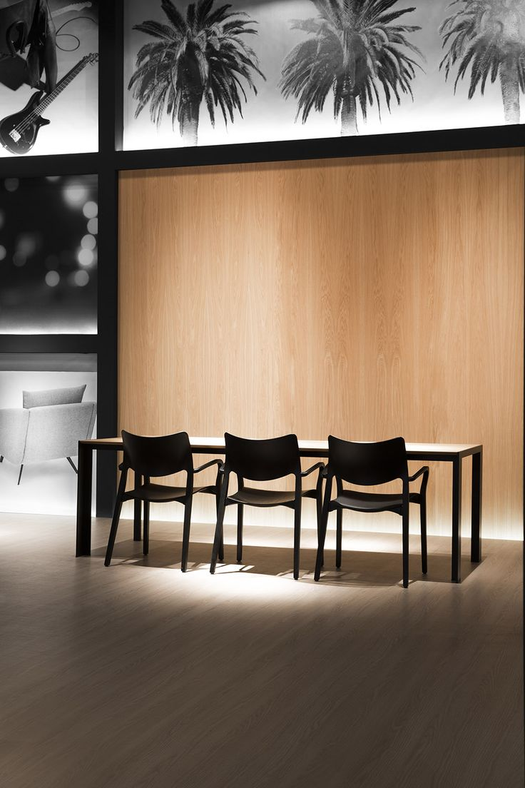 STUA​ in the Salone Milano has launched the Laclasica chair with armrests, a Jesús Gasca​ design. Here together a large Deneb table. LACLASICA: www.stua.com/design/laclasica DENEB: wwww.stua.com/design/deneb
