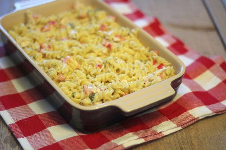 Zin in een lekkere pasta-ovenschotel? Kies dan eens voor deze pasta-ovenschotel met boursin, kip, paprika en bosui. Lekker en Simpel!