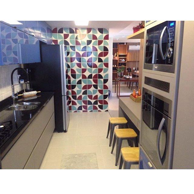 Lurca Azulejos | Azulejos Quadrante no projeto do @henriqueramalhoarquitetura  | Kit Quadrante 2 - Ceramic Tiles // Shop Online www.lurca.com.br #azulejos #azulejosdecorados #revestimento #arquitetura #reforma #decoração #interiores #decor #casa #sala #design #cerâmica #tiles #ceramictiles #architecture #interiors #homestyle #livingroom #wall #homedecor #lurca #lurcaazulejos