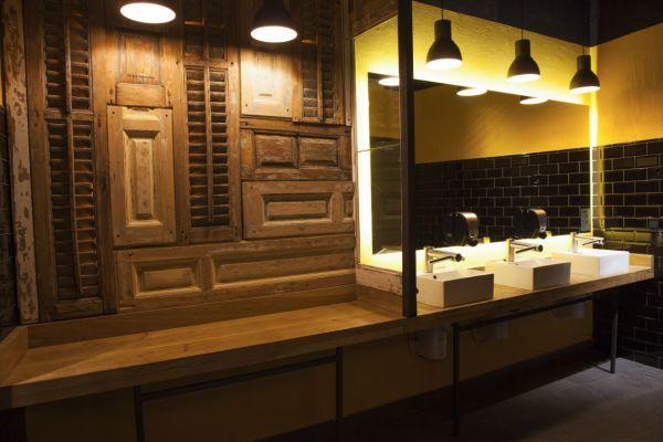 En los baños de los Teatros Luchana actualizamos todas las encimaras y revestimos las paredes con madera recuperada. También confeccionamos las contraventanas.  #wood #interiorism