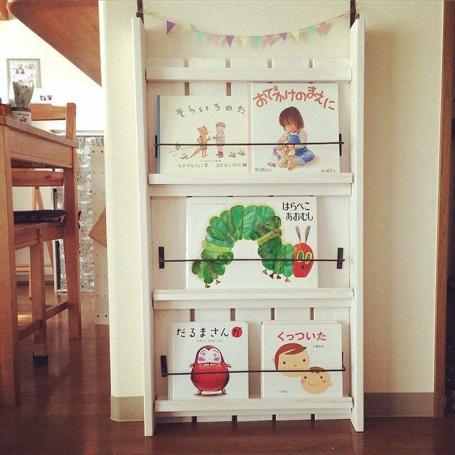 本が好きな子どもに、育ってくれたらなと思っている方も多いのではないでしょうか?子どもが本を好きになるには、幼いときから読書を習慣づけることが大切と言われています。そこで、子どもが絵本を毎日読みたくなる「手作りラック」を使った収納アイデアをご紹介します。