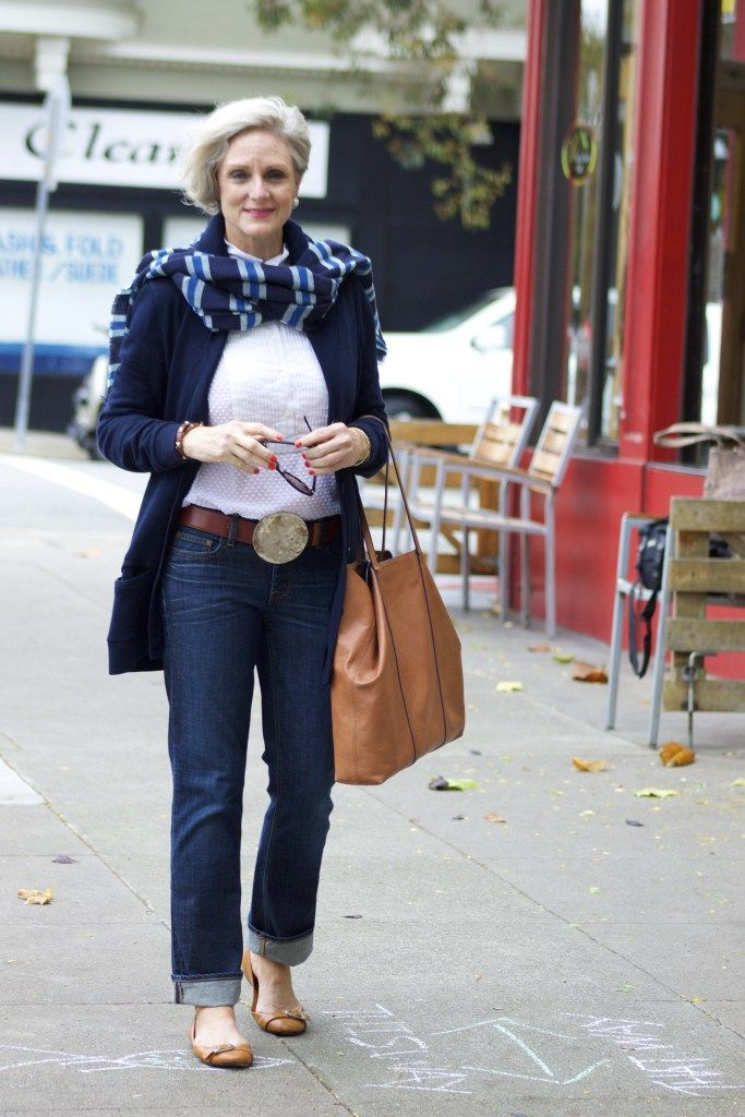 синие джинсы и свитер бойфренда