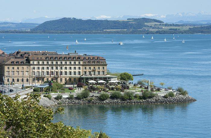 Bâtiment de l'hôtel et esplanade du Mont-Blanc au bord du lac de Neuchâtel