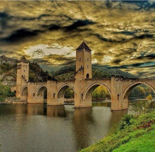 "latouchefr: "" Pont de Valentré https://instagram.com/p/BBlFcPeRq4y/ """