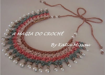 """Katia Missau - """"A Magia do Crochê"""": Maxi colar Giullia! Feito em crochê, com uma bela combinação de cores e contas perolizadas costuradas a mão, dão acabamento à peça. Linha Anne e agulha 1,75mm.  Lindo, delicado e moderno."""