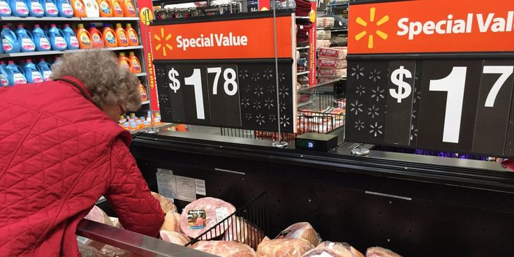 Wal-Mart Stores Inc is running a new price-comparison test in at least 1,200 U.S. stores to close a pricing gap with German-based discount grocery chain Aldi.
