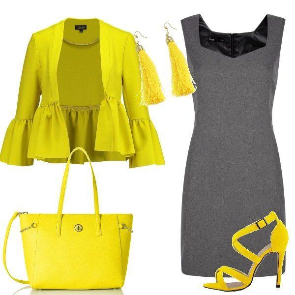 Un elegante tubino grigio con scollatura a V viene abbinato alla vivacità del giallo. Infatti, gialli sono i sandali con cinturino e tacco alto, la borsa a mano, la giacca con maniche ampie e gli orecchini con perline pendenti.