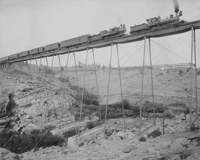 Локомотив Union Pacific Railway на мосту через реку Дейл–Крик, 1885 год, Вайоминг, США