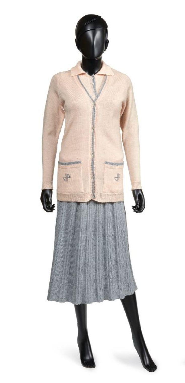 JEAN PATOU, circa 1930 TENUE DE GOLF en tricot de laine rose dragée et gris perle, JUPE plissée et TWIN-SET: gilet gansé…