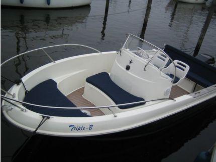 Deze Jeanneau Cap Camerat heeft een 90pk Mercury Fourstroke, is stil en economisch in gebruik en accelereert de boot naar 65 km/h Puur vaargenot op deze snelle en frisse Cap Camerat!   http://gooische-jachtmakelaars.nl/motorboten/jeanneau-cap-camerat/