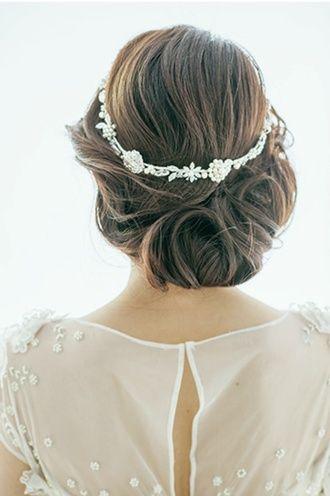 リースタイプのアクセ。優しくフェミニンな印象に ウェディングドレス・カラードレスに合う〜アップの花嫁衣装の髪型まとめ一覧〜