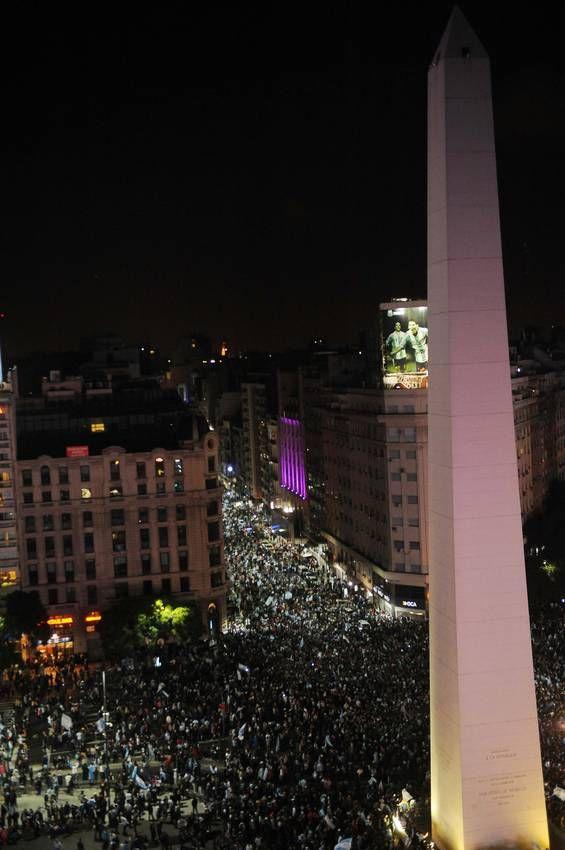 Una multitud salió a festejar al Obelisco tras el pase de Argentina a la final del Mundial. (Télam)