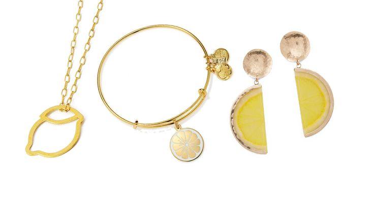 Pendente con silhouette di limone, Talia Sari su Etsy Bracciale regolabile Zest For Life in oro giallo con charms e medaglietta fetta di limone, Alex & Ani Orecchini pendenti in resina e metallo dorato, Mango
