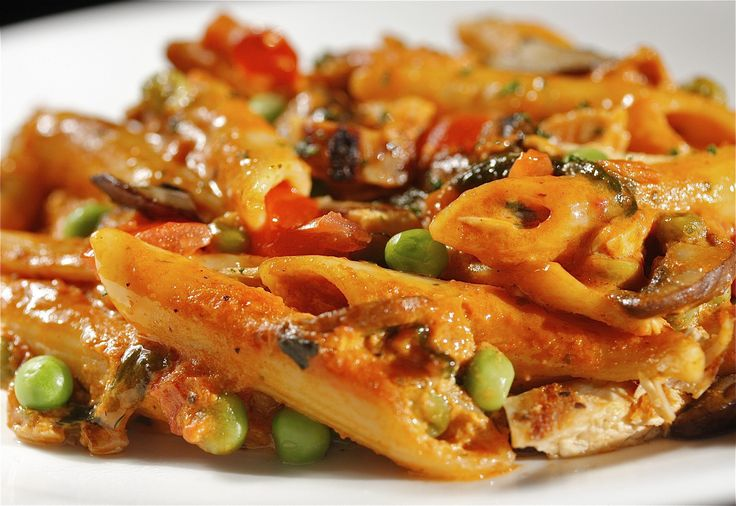 Esta Receta de Pollo con Pasta, es deliciosa y muy sencilla de preparar. Reunimos algunos sabores que a todos gustan como Tomates, Ajo y Albahaca. Los combinamos con Hongos Silvestres, Guisantes (Arvejas). Y lo saltaremos con una riquísima Pechuga de Pollo bien dorada. http://polloala.com/2013/06/19/mas-recetas/pollo-con-pasta/