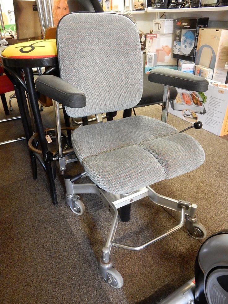 De trippel- arthrodese stoel. Speciaal vervaardigd voor mensen die slecht ter been zijn. Het H-vormige frame biedt ruimte aan de voeten zodat men zich makkelijker kan voortbewegen (trippelen). De stoel is op verschillende manieren in te stellen.  Trippelonderstel voorzien van geremde wielen verstelbare armleuningen Onafhankelijk verstelbare beensteunen in hoogte verstelbaar. Prijs € 185,00.