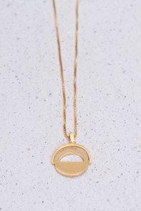 Stilrent, tunt halsband i guldpläterad silver från danska Pernille Corydon, med halvöppen, platt cirkelberlock.Mixa och matcha med den övriga, tidlösa kollektionen. En perfekt present till dig själv eller någon du gillar!