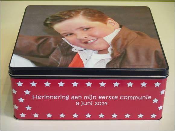 Gepersonaliseerde koekjesdoos met foto en tekst voor de peter en meter van Siebe ter gelegenheid van zijn communie.