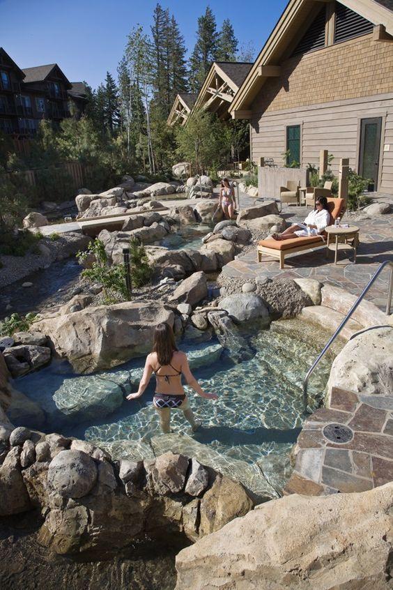 Schönes Outdoor Spa & Hot Tub Design mit Felsen …