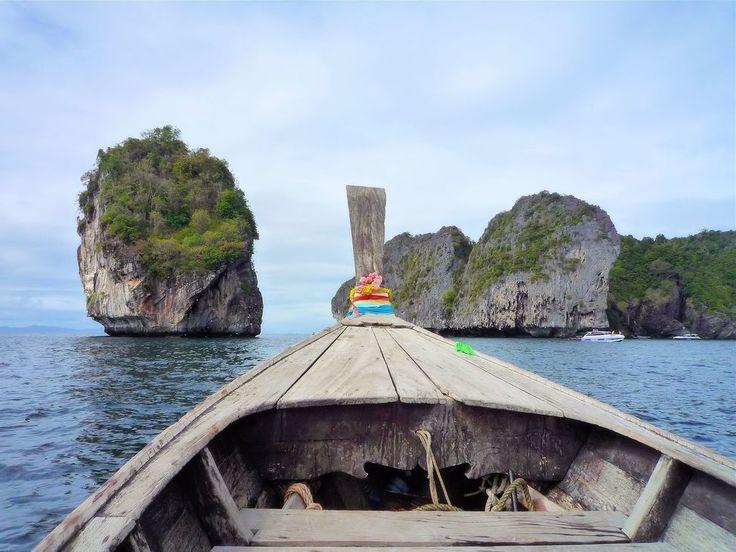 Koh Phi Phi. Disfrutando de un paseo por Pandora (en el mar) con fondo musical gracias a los crujidos de esta barca tailandesa #thailand #tailandia #barca #boat #sea #mar #isla #island