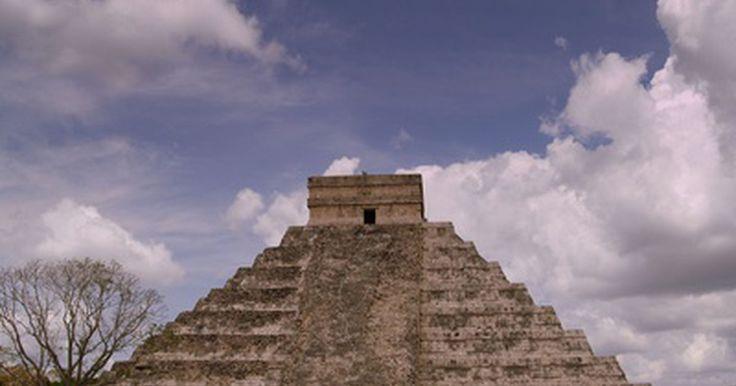 Cómo construir una pirámide azteca para un proyecto escolar. Los aztecas son famosos en la historia de Mesoamérica por ser grandes guerreros. Conquistaron gran parte de lo que hoy es México y América Central, y muchos de los cautivos fueron sacrificados a los sanguinarios dioses aztecas sobre los enormes templos piramidales. Sus prácticas religiosas e impactante arquitectura hace que la cultura azteca sea ...
